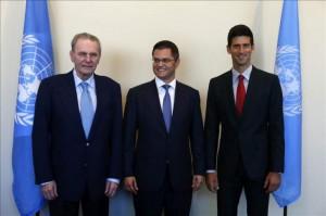 Jacques Rogge Presidente Comité Olímpico Internacional, Dirigente Organización Naciones Unidas y Tenista Novak Djokovic,