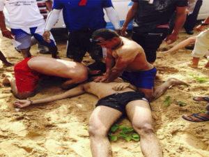 Intructores de surf del Macao Surf Camp resucitando victima de ahogamiento